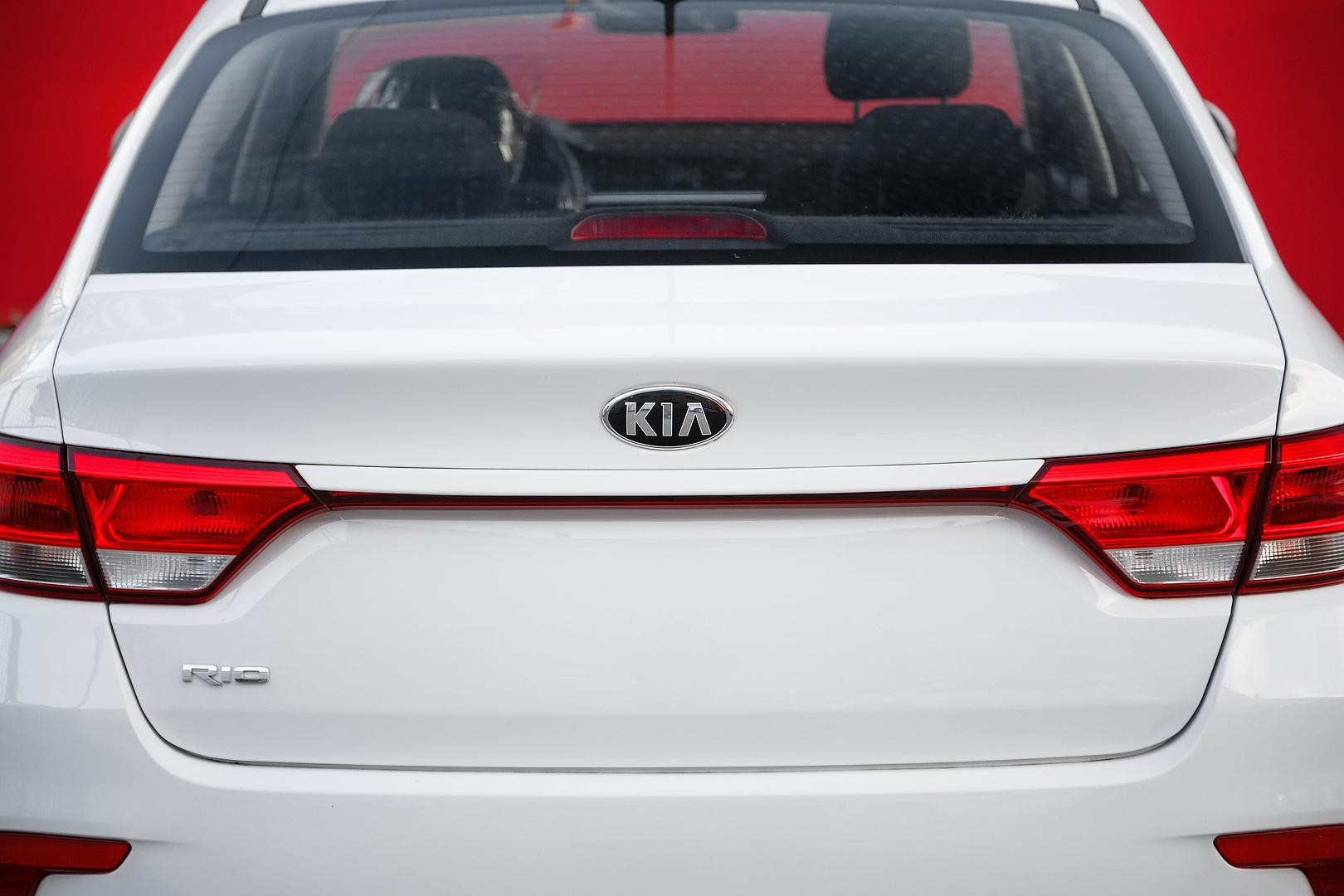 Ресница (Накладка) на багажник Kia Rio 4